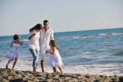 kozzi_24847162_happy_young__family_have_fun_on_beach_2387x1591__s